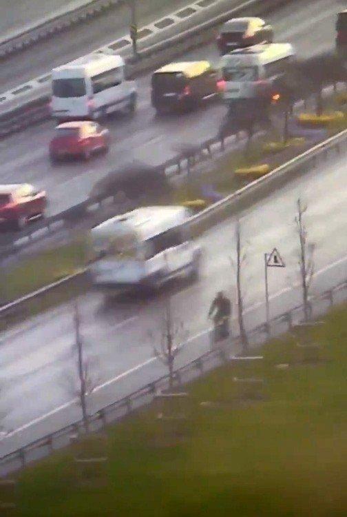 E-5 yanyolda trafikte ters yönde ilerleyen bisiklet sürücüsü kamerada