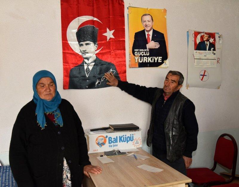 Erdoğan'ın afişini söktürmeyen kadın hem tehdit edildi hem iş yeri işaretlendi