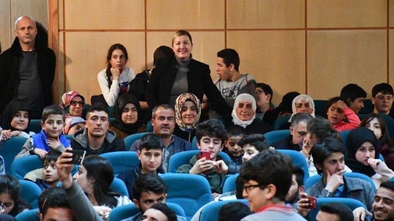 Tatvanlı öğrenciler tiyatroyla buluştu