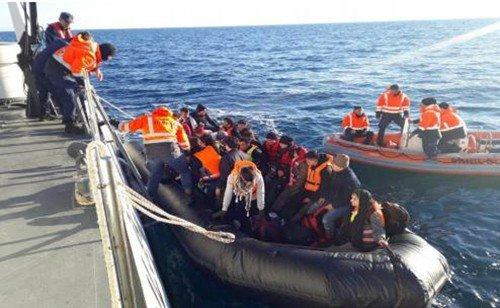 Lastik botla Yunanistan'a geçeceklerdi, sahil güvenlik yakaladı