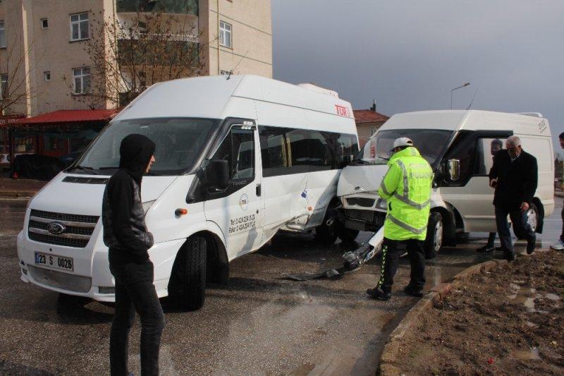Elazığ'da öğrenci servisi ile minibüs çarpıştı: 4 yaralı