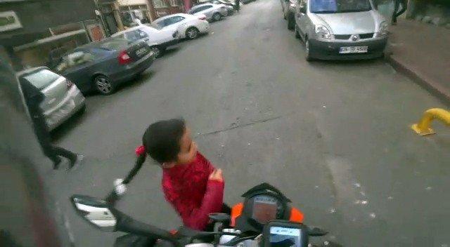 İstanbul'da küçük kız motosikletin altında kalmaktan kıl payı kurtuldu