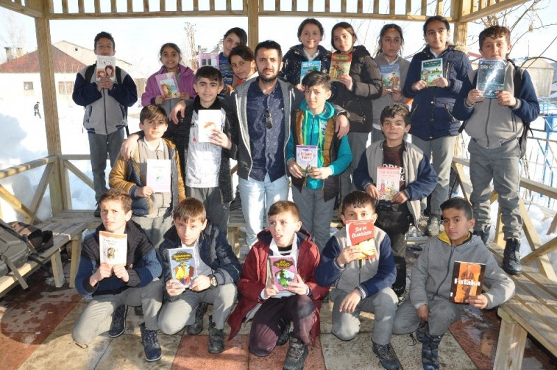 Yüksekova'da kitap okuma etkinliği