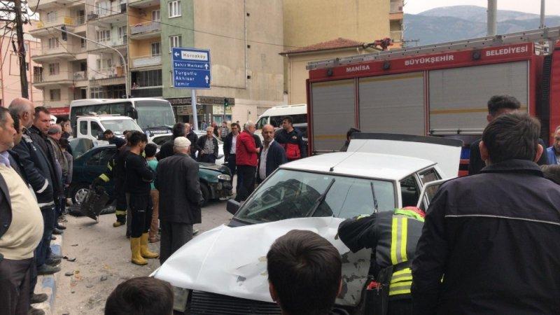 Manisa'da iki otomobil kafa kafaya çarpıştı