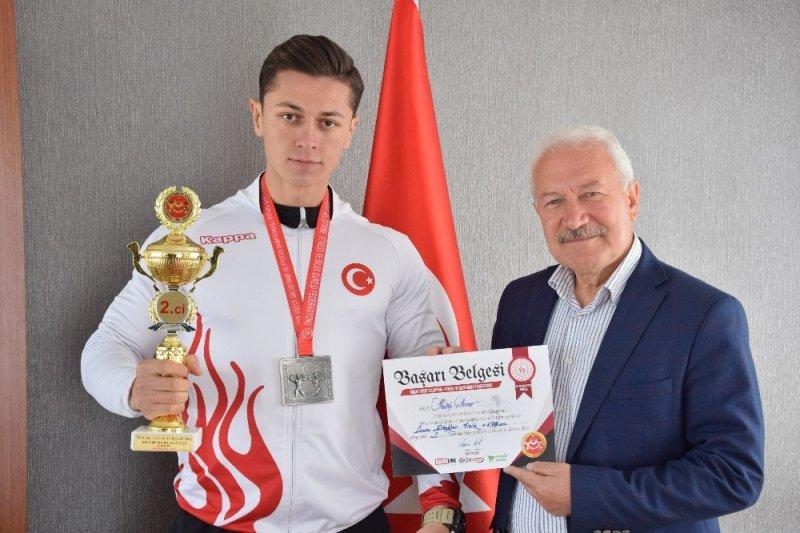 Lapsekili Vücut Geliştirme Şampiyonu Şener'e Belediye Başkanı Yılmaz'dan destek