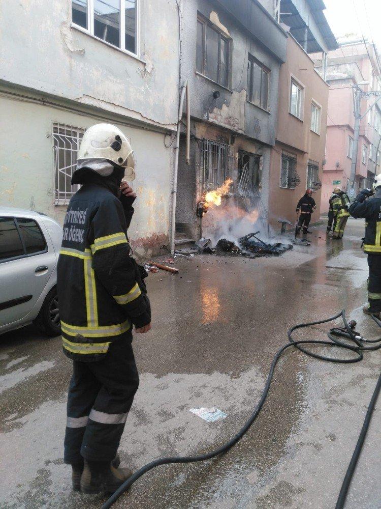 Doğalgaz kutusu alev alev yandı, mahalleli büyük panik yaşadı