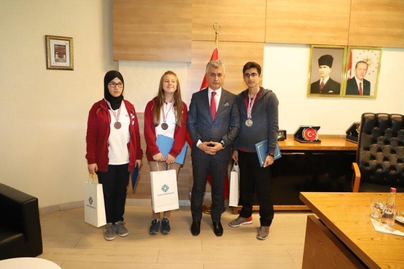 Tunus'taki yarışmada dereceye giren öğrencilerden Arıcan'a ziyaret