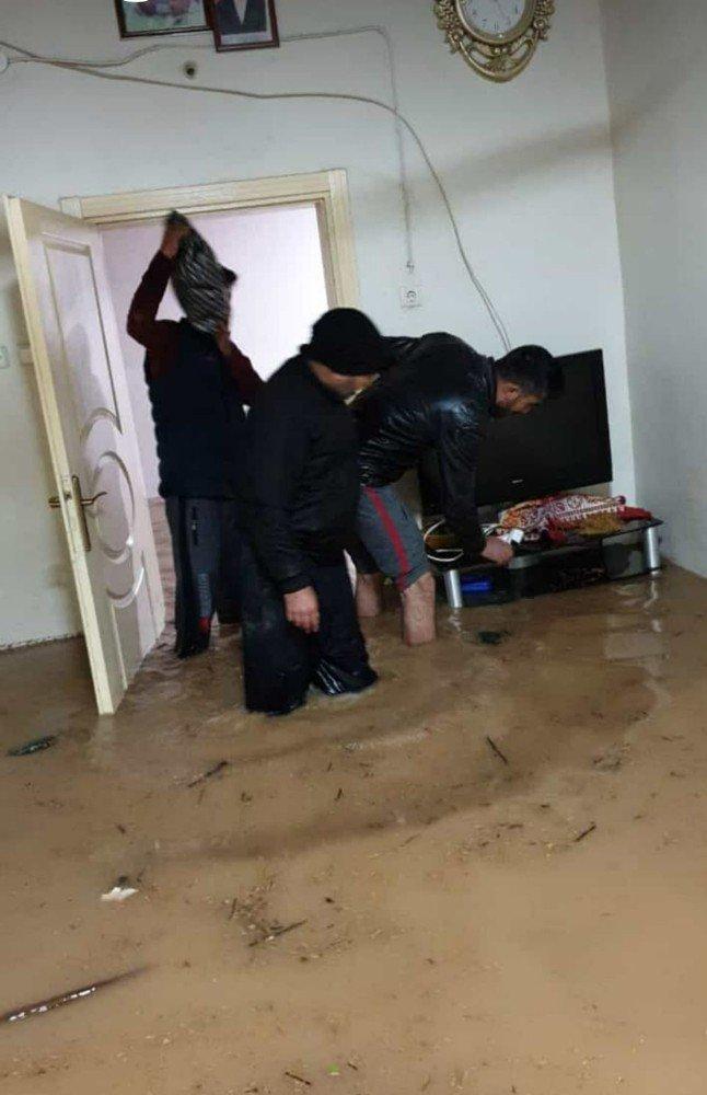 Kızıltepe'de ev iş yerlerini su bastı