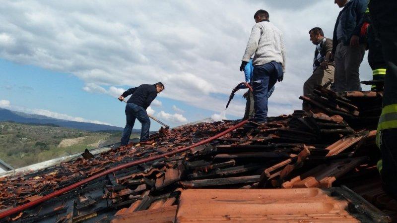 Çatıda başlayan yangın büyümeden söndürüldü