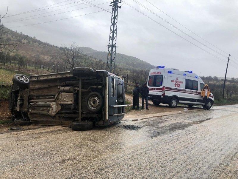 Gölbaşı'nda hafif ticari araç yan yattı: 4 Yaralı
