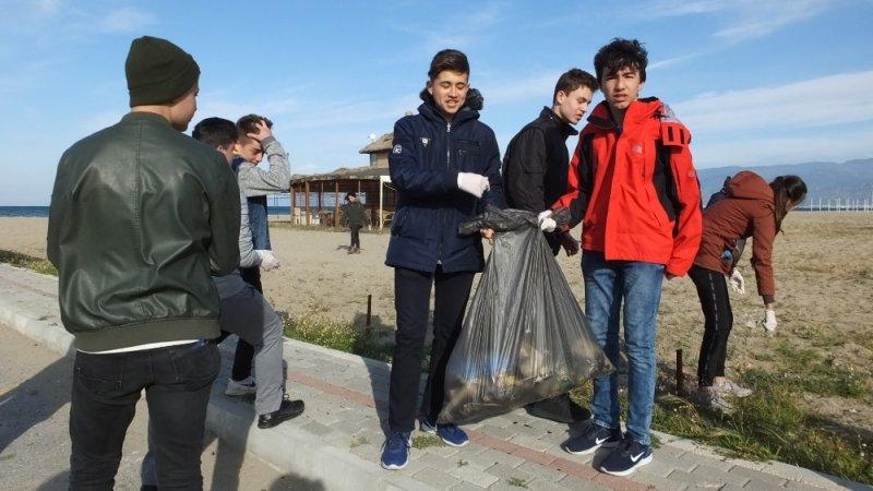 Balıkesirli gençler plajları yaza hazırlıyorlar