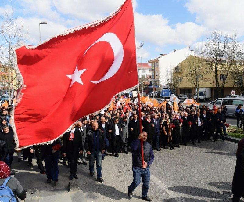 Dışişleri Bakanı Çavuşoğlu Alanya'da seçim otobüsüyle şehir turu yaptı