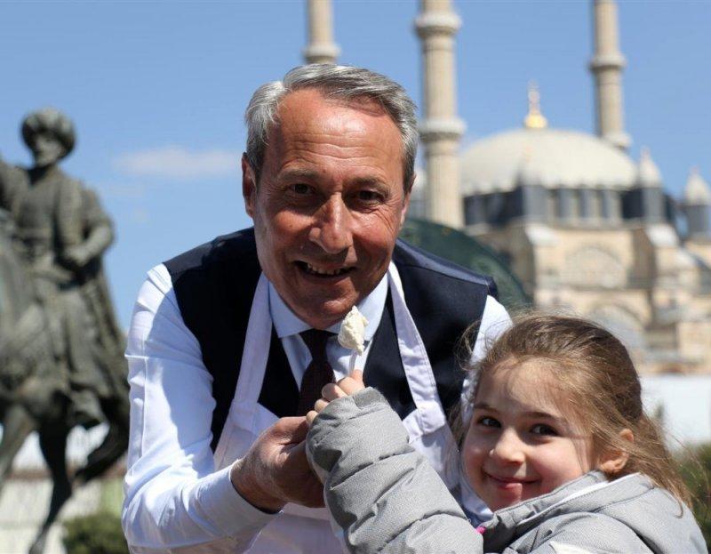 Edirneli esnaflar 'Edirneli Fatih' anısına padişah macunu dağıttı