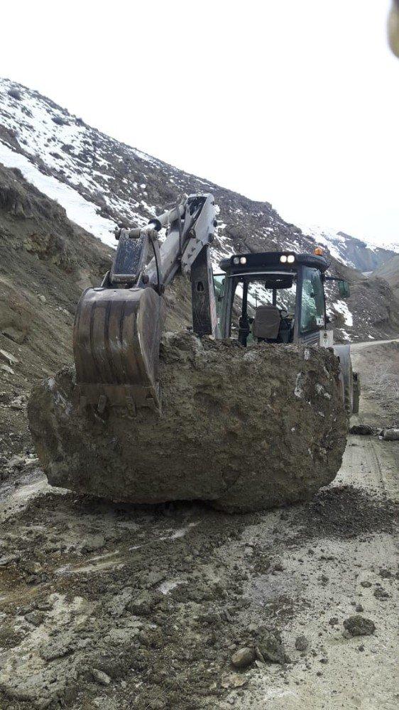 Yüksekova'da heyelan sonucu yola kaya parçaları düştü