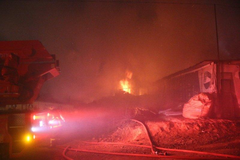 Palet fabrikasının depo alanında çıkan yangın 3 saatte söndürülebildi