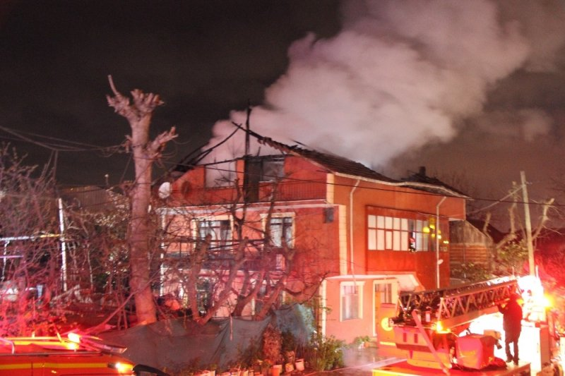 3 katlı binada yangın çıktı, baba ve oğlu hastanelik oldu