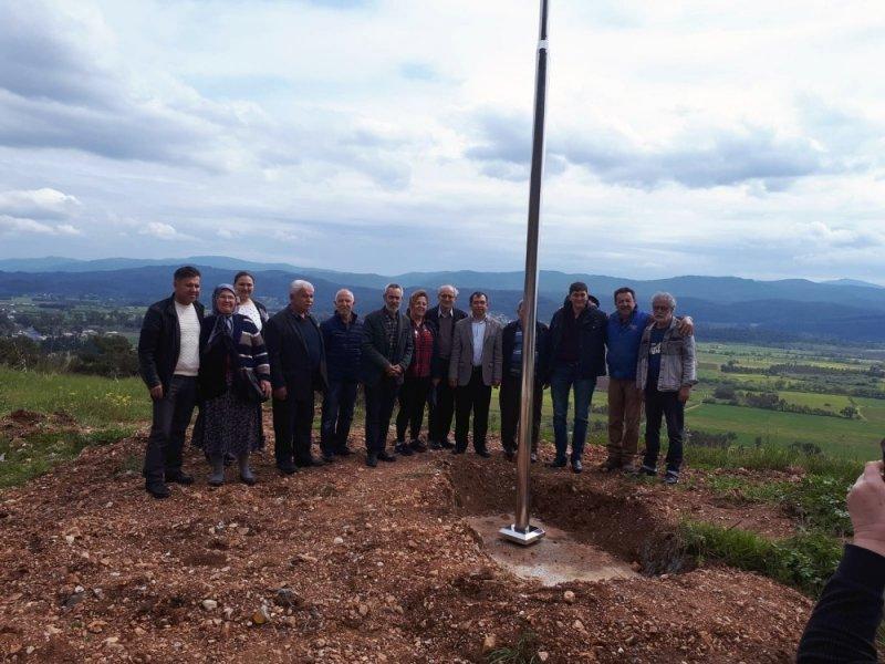 Sakin kent Akyaka'nın girişine dev Türk Bayrağı