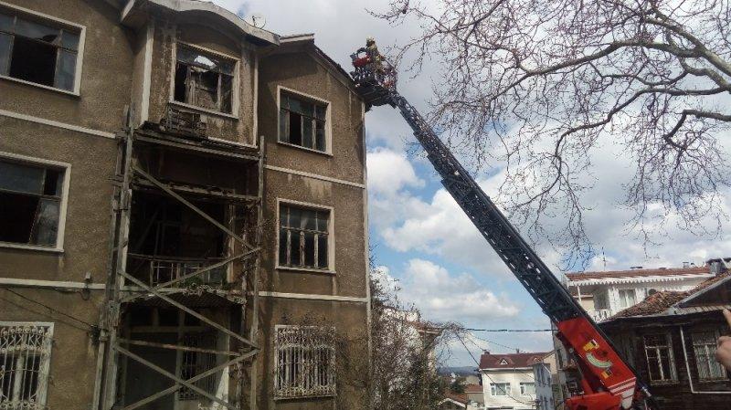 Sarıyer'de şiddetli rüzgar bir binanın kiremitlerini uçurdu