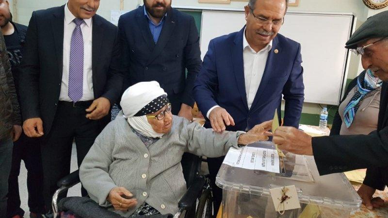 107 yaşındaki şehit annesi 80 yaşındaki oğluyla oy kullandı