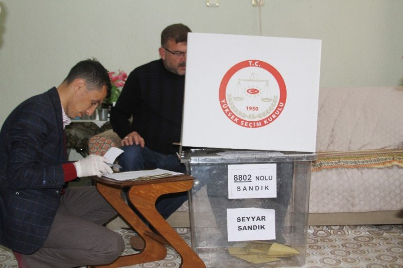 Isparta'da yaşlılar eve gelen seyyar sandıkta oy kullandılar