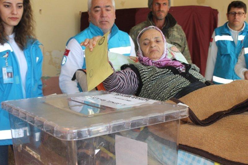 75 yaşındaki Rabiye Durdan sedyede oy kullandı