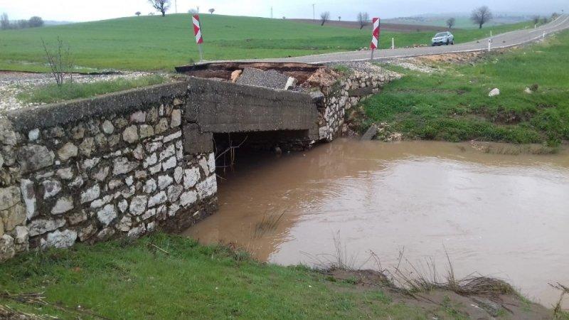 Adıyaman'da köprü çöktü, araçlar yolda mahsur kaldı