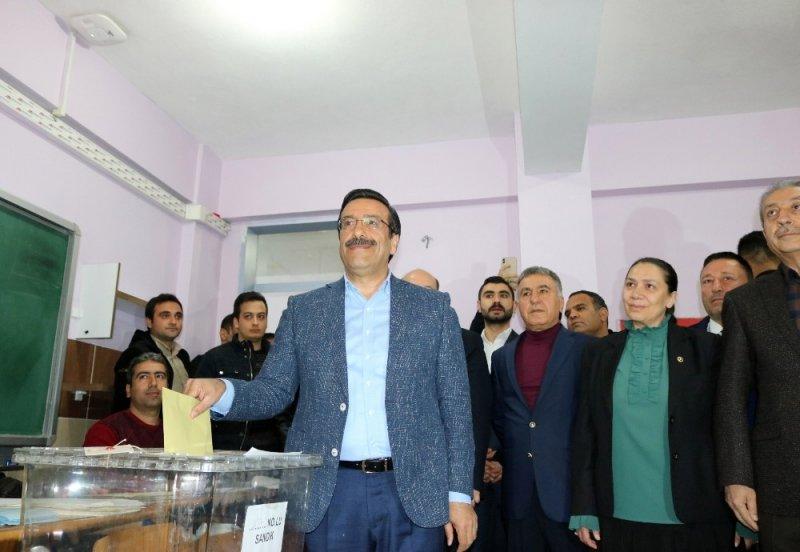 Ak Parti Diyarbakır Büyükşehir Belediye Başkan adayı Atilla oyunu kullandı
