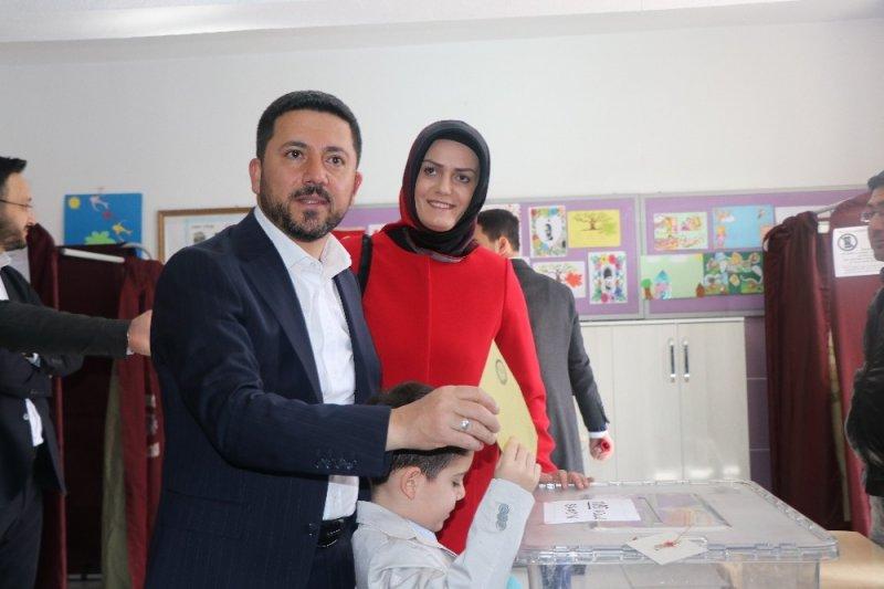 AK Parti Belediye Başkan adayı Arı oyunu 5 yaşındaki oğluyla kullandı