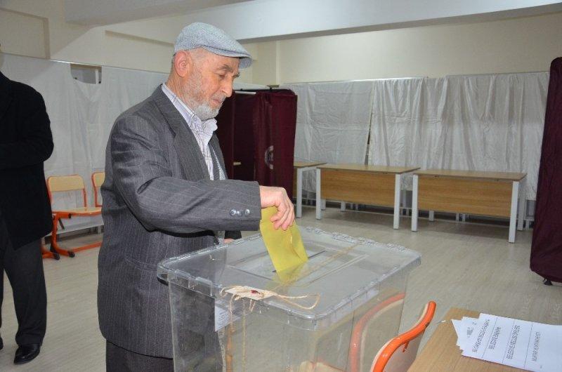 Balıkesir'de oy verme işlemi başladı