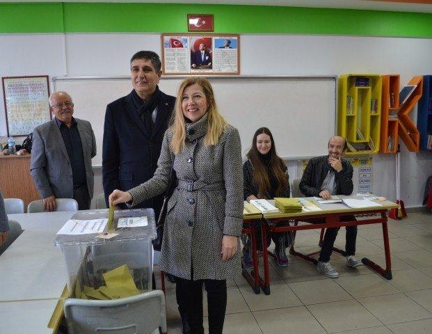 Bandırma'da adaylar oylarını kullandı