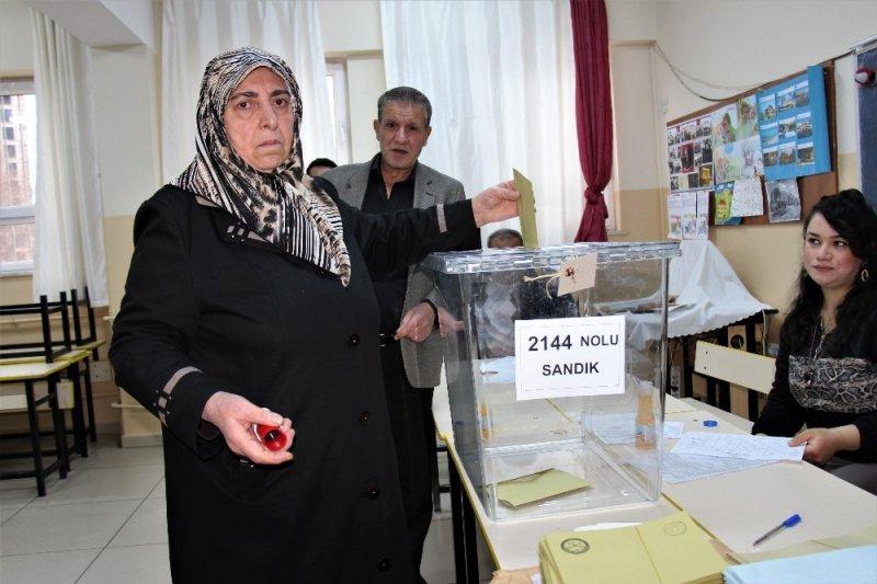 Elazığ'da oy kullanma işlemi başladı