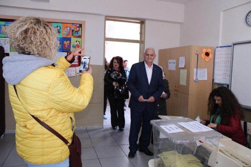 Herkes Binali Yıldırım zannetti: Benzeri meraklı bakışlar arasında oy kullandı