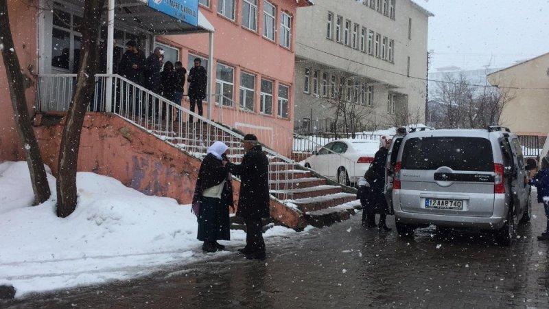 Kar yağışı altında oy kullanmaya gittiler