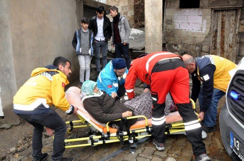 Bitlis'te yatalak ve hastalar sandığa taşındı