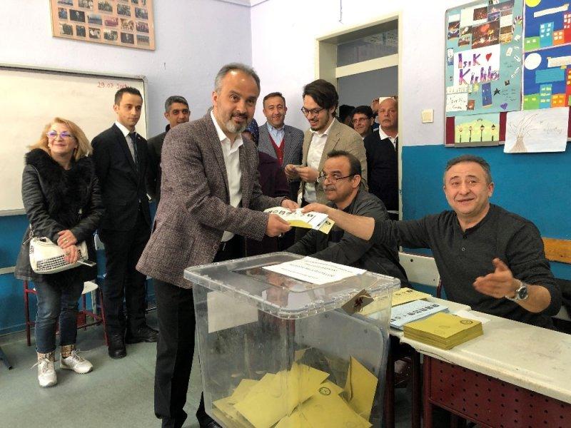 Bursa Büyükşehir Belediye Başkan adayı Ali Nur Aktaş oyunu kullandı