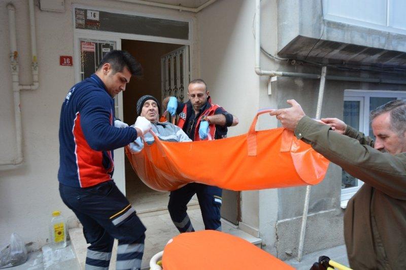Bursa'da oy kullanmaya sedye ile taşındılar