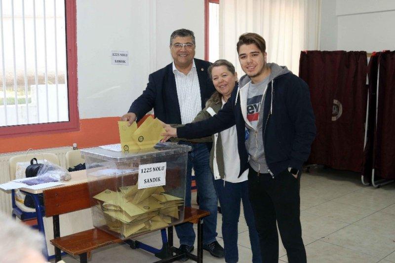 İzmir'de siyasiler sandık başında