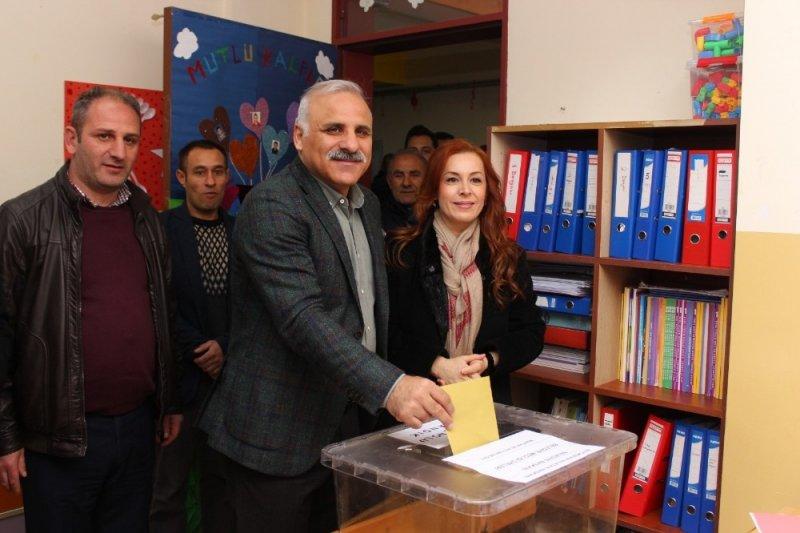 Cumhur İttifakı AK Parti Trabzon Büyükşehir Belediye Başkan adayı Zorluoğlu oyunu kullandı