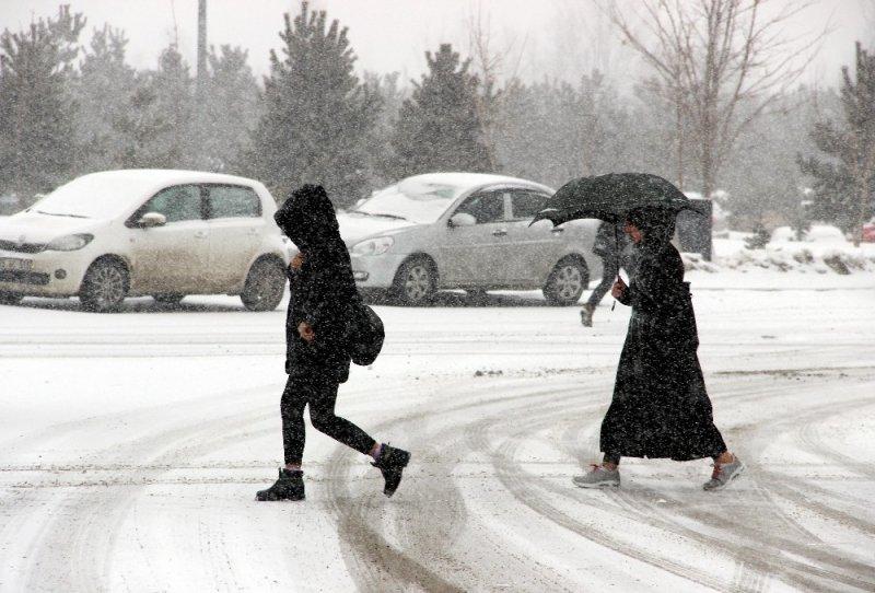 Doğu'da vatandaşlar sandığa kar yağışı altında gitti
