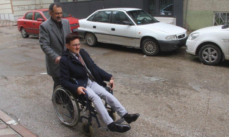 Tekerlekli sandalye ile oyunu kullandı