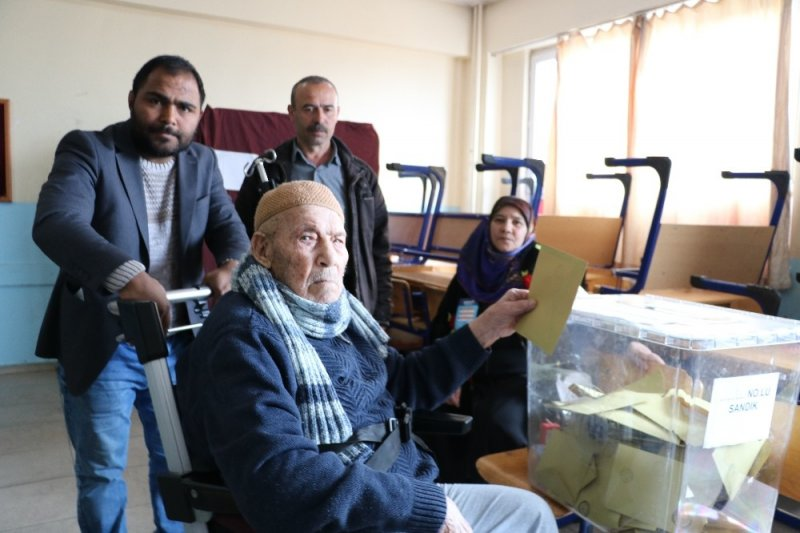 102 yaşındaki Mustafa dede sandığa gidip oy kullandı