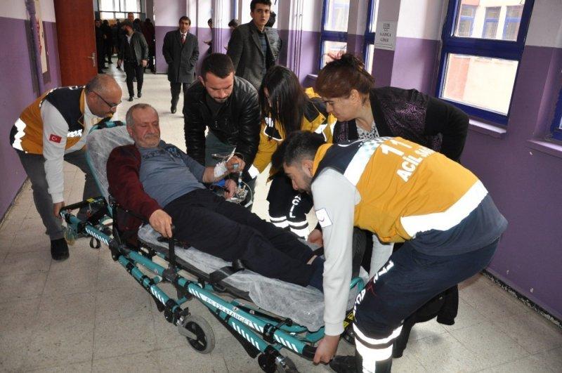 Kars'ta hasta yatağından kalktı, ambulansla oy kullanmaya gitti
