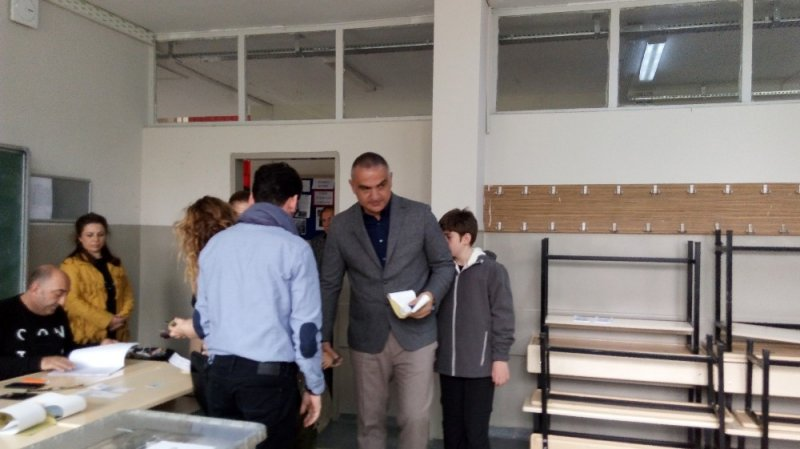 Kültür ve Turizm Bakanı Ersoy, oğullarıyla birlikte oy kullandı