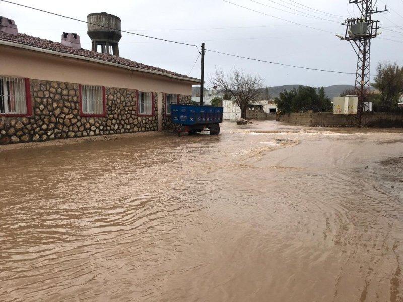 Aşırı yağmur sularından oy kullanmaya gidemediler