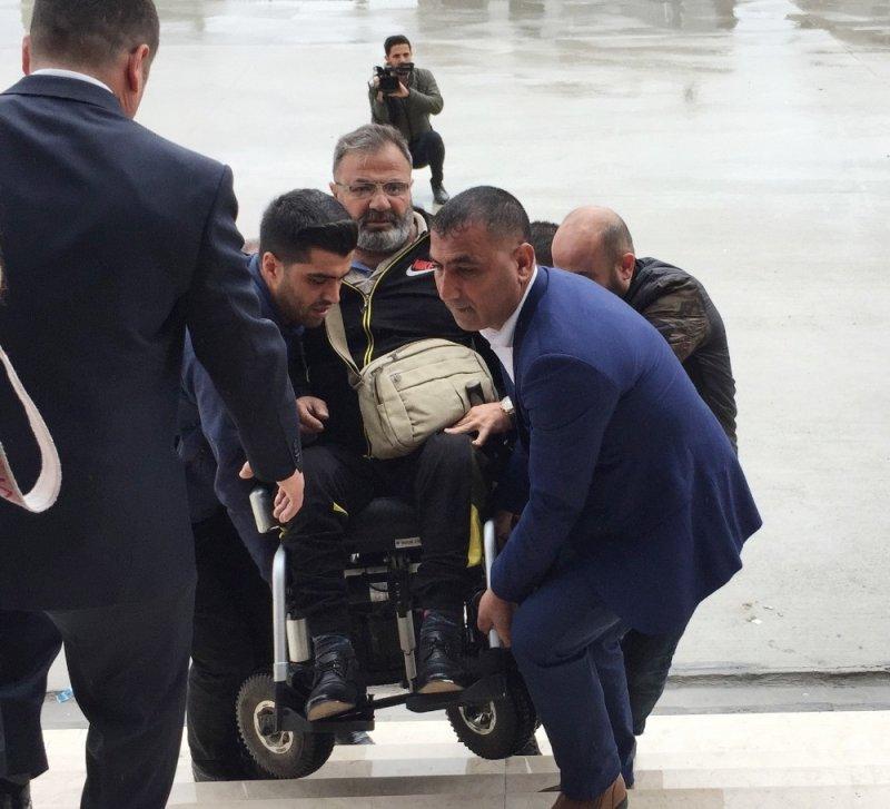 Tekerlekli sandalye ile oy kullanmaya geldi