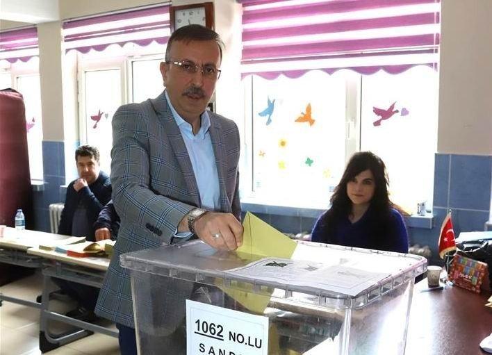 Belediye Başkanı Seçen, oyunu kullandı