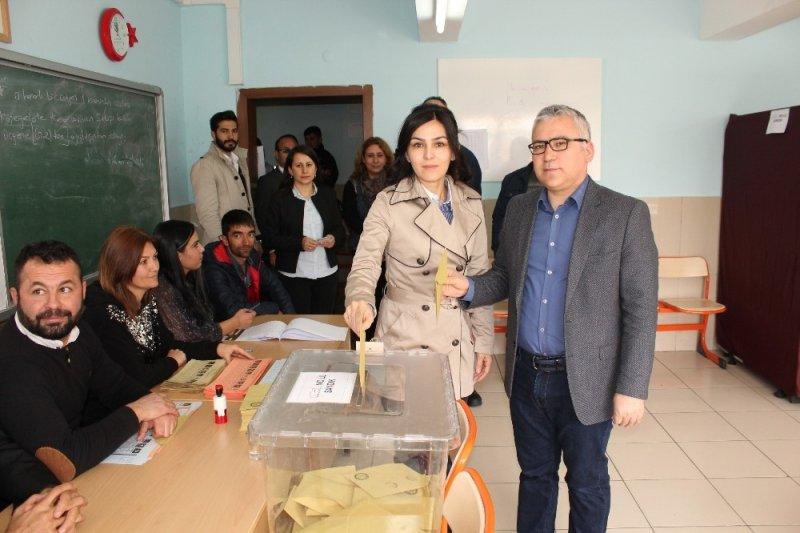 Niğde'de vali, milletvekili ve adaylar oy kullandı