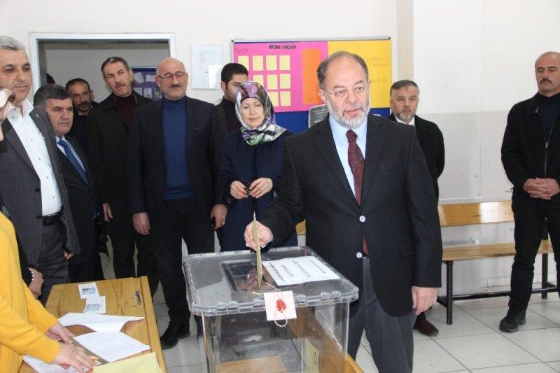 Sağlık eski Bakanı Akdağ ve Başkan Sekmen oyunu kullandı