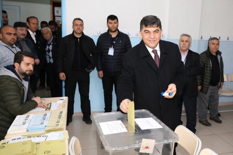 Rıdvan Fadıloğlu, oy kullanmaya eşiyle birlikte gitti