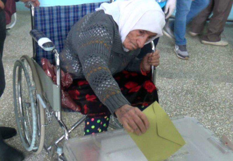 Siirt'te yaşayan 93 yaşındaki seçmen oyunu kullandı